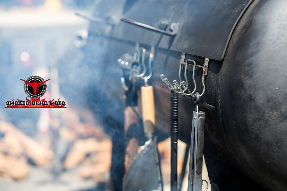 Smoker Grill BBQ - Aromatischer Rauch schwebt um den Smoker